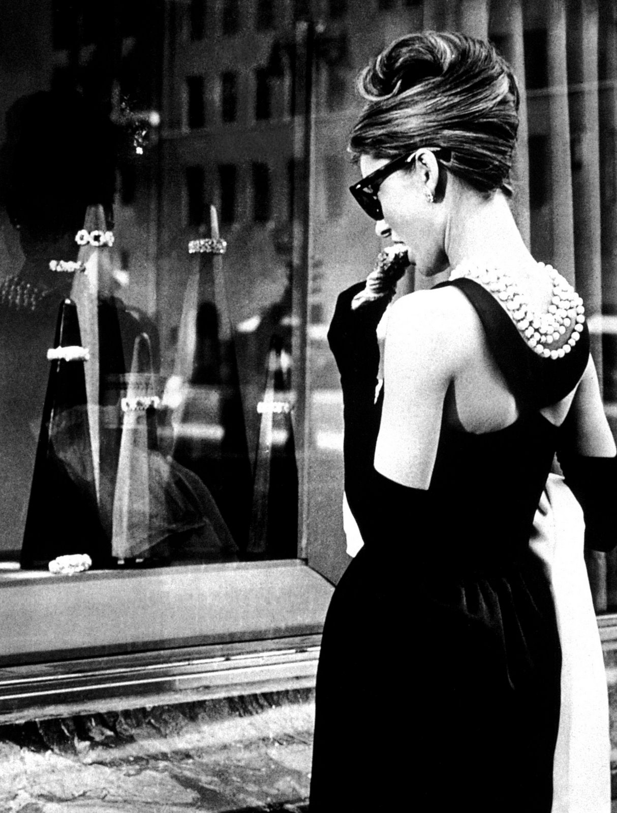 audrey-hepburn-dress-in-breakfast-at-tiffanys-wallpaper-3