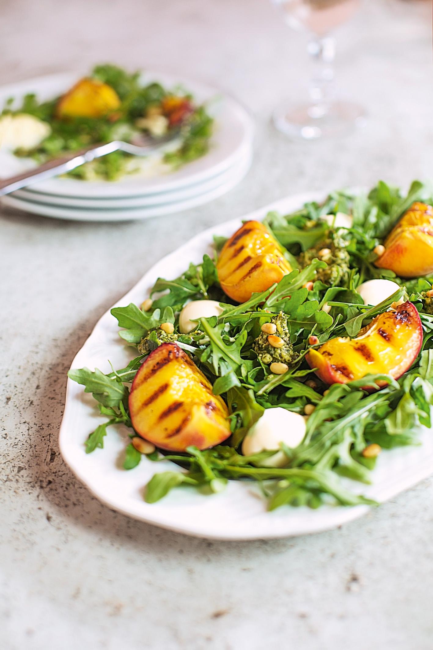 Салат с персиками, мятным песто 1