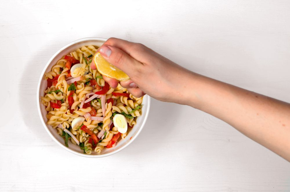 Салат с фузилли и перепелиными яйцами шаг 5