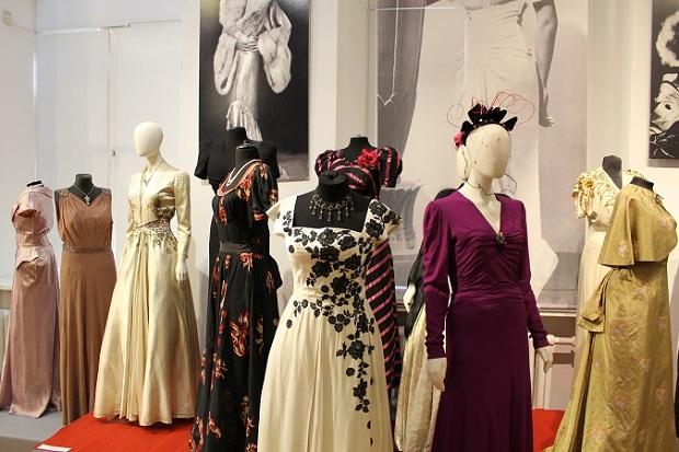 В Национальном историческом музее открылась выставка нарядов Александра Васильева «Приглашение на бал»